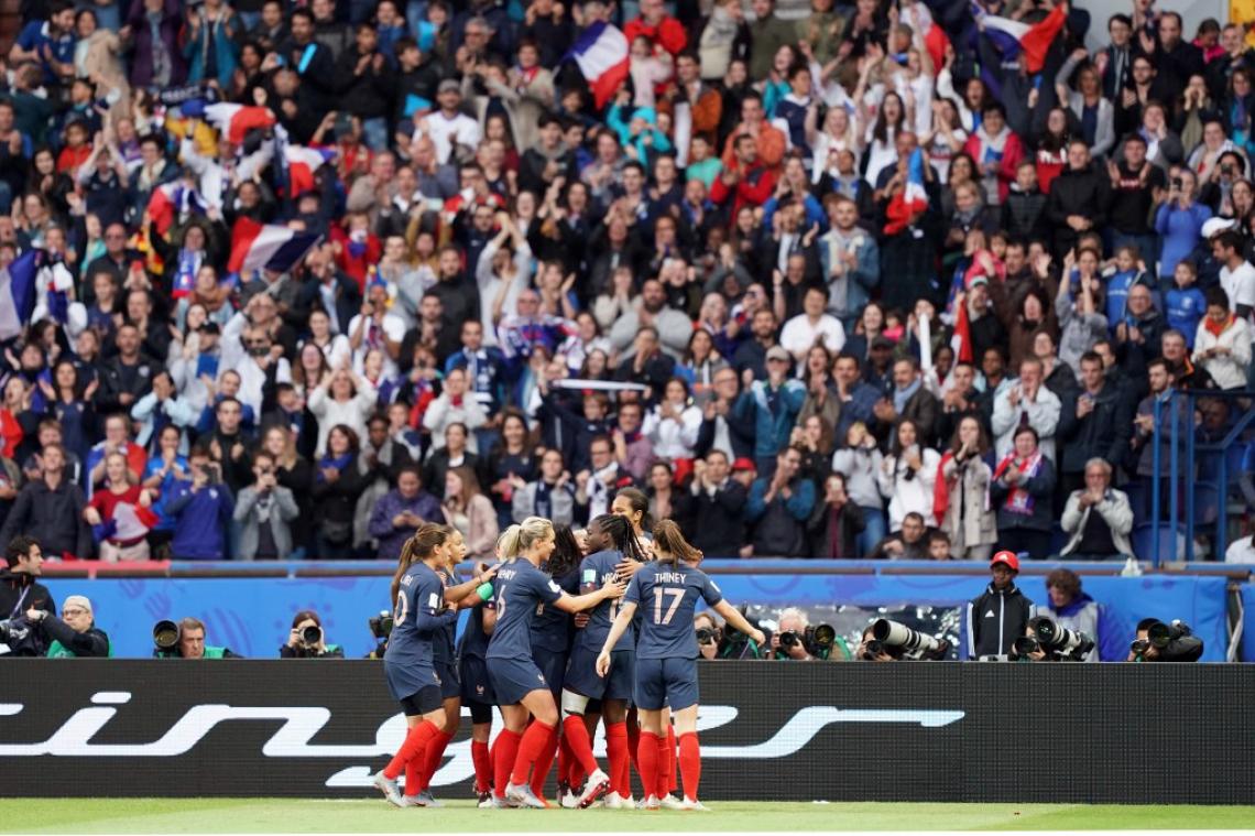 França teve estreia tranquila em busca do título.