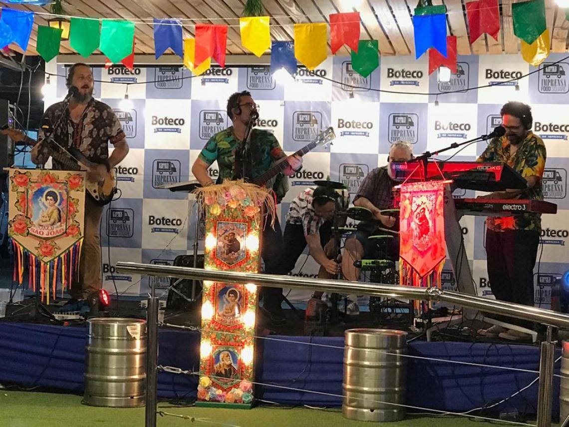 A banda Os Transacionais se apresentam no Imprensa Food Square às 22 horas do sábado, 8