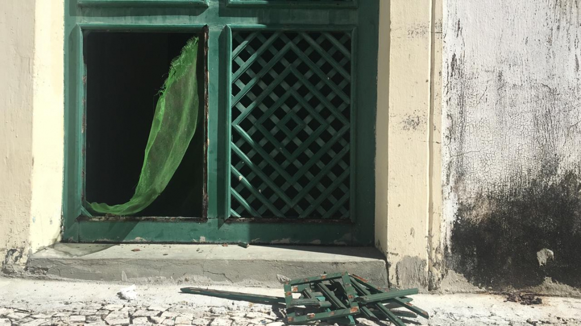 Porta lateral da igreja foi arrombada