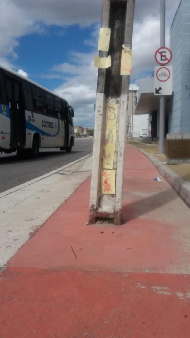 Os ciclistas deixaram recados no poste, por meio de bilhetes afixados.
