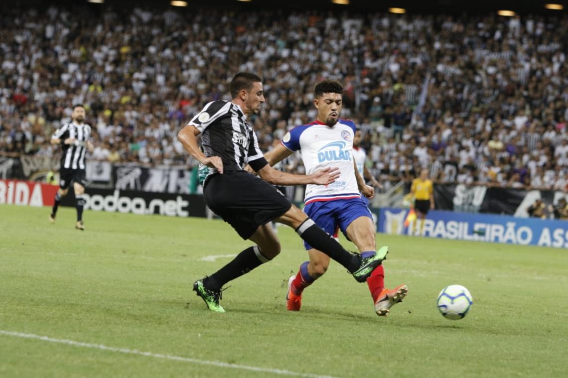 Galhardo tenta jogada ofensiva diante do Bahia