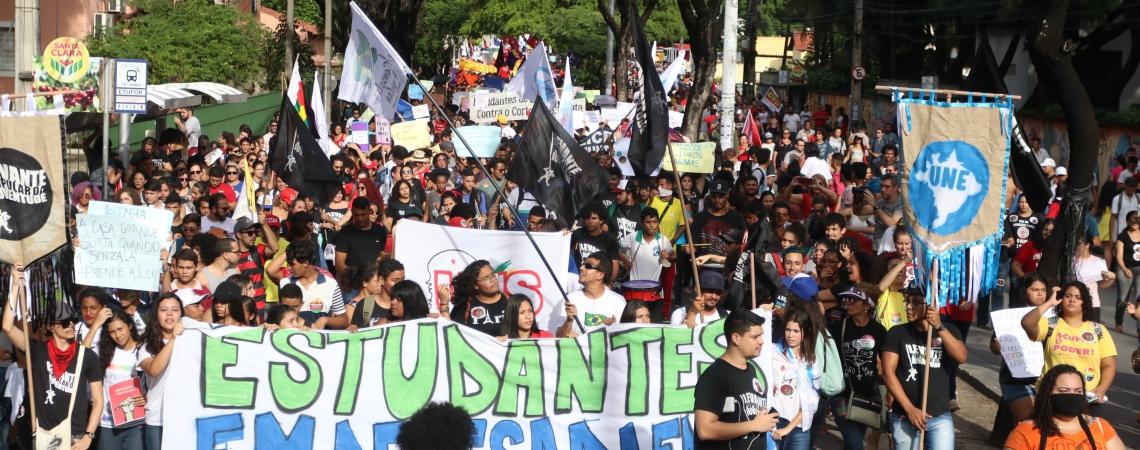 FORTALEZA, CE, BRASIL,  30-05-2019: Manifestação contra o contigenciamento do orçamento pra educação. Manifestantes marcharam pelas avenidas 13 de Maio, Universidade e Domingos Olímpio. (Foto: Alex Gomes/O Povo) (Foto: ALEX GOMES)