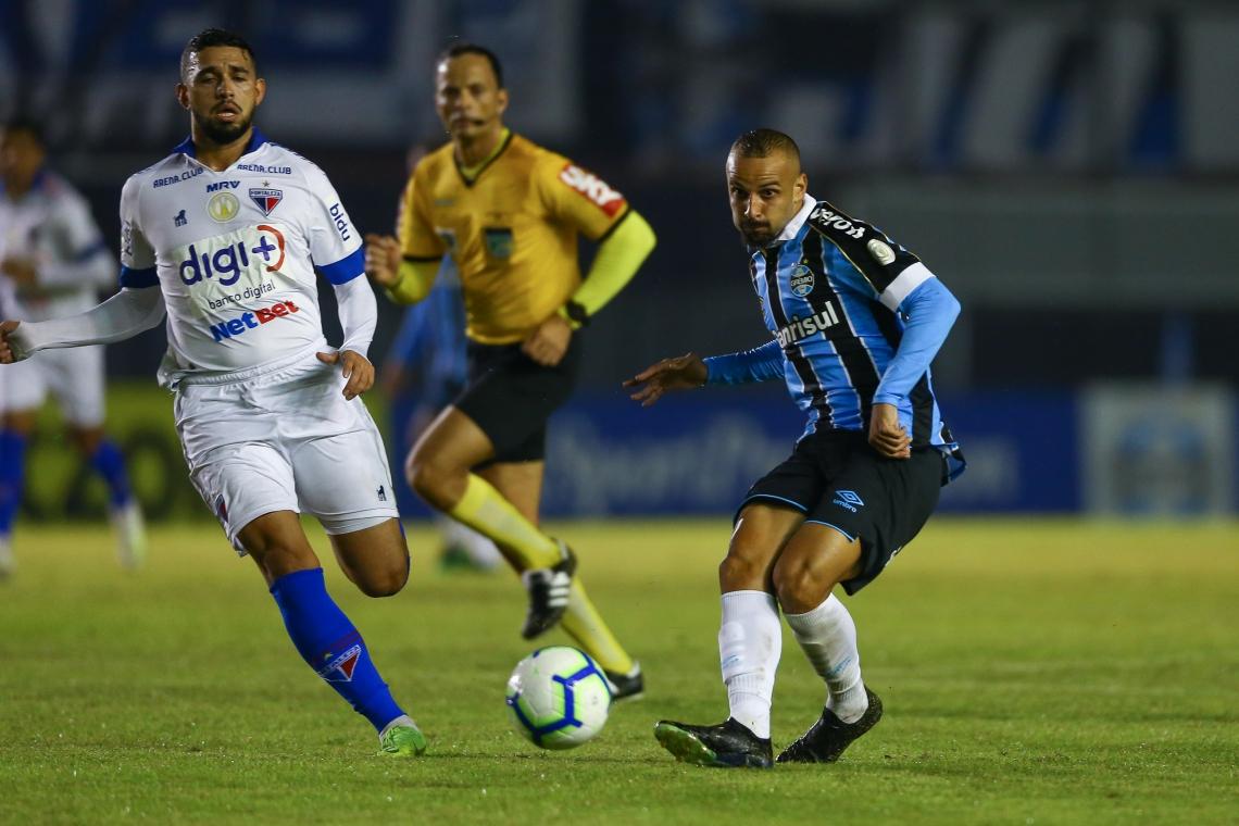 Árbitro (ao fundo) foi personagem central no jogo contra o Grêmio