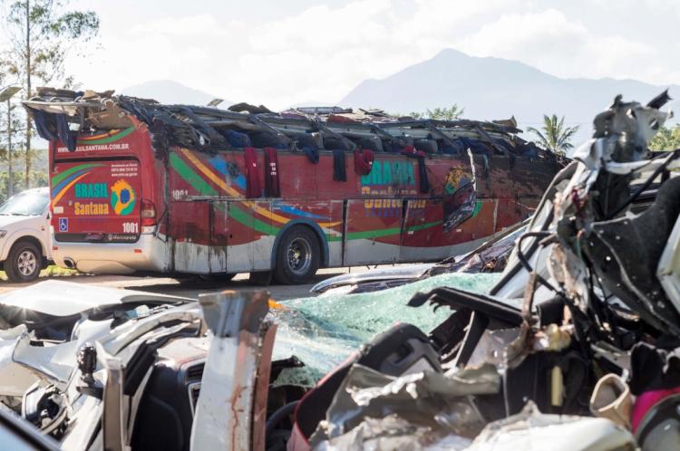 Vista do ônibus que se envolveu em acidente e deixou 10 mortos.