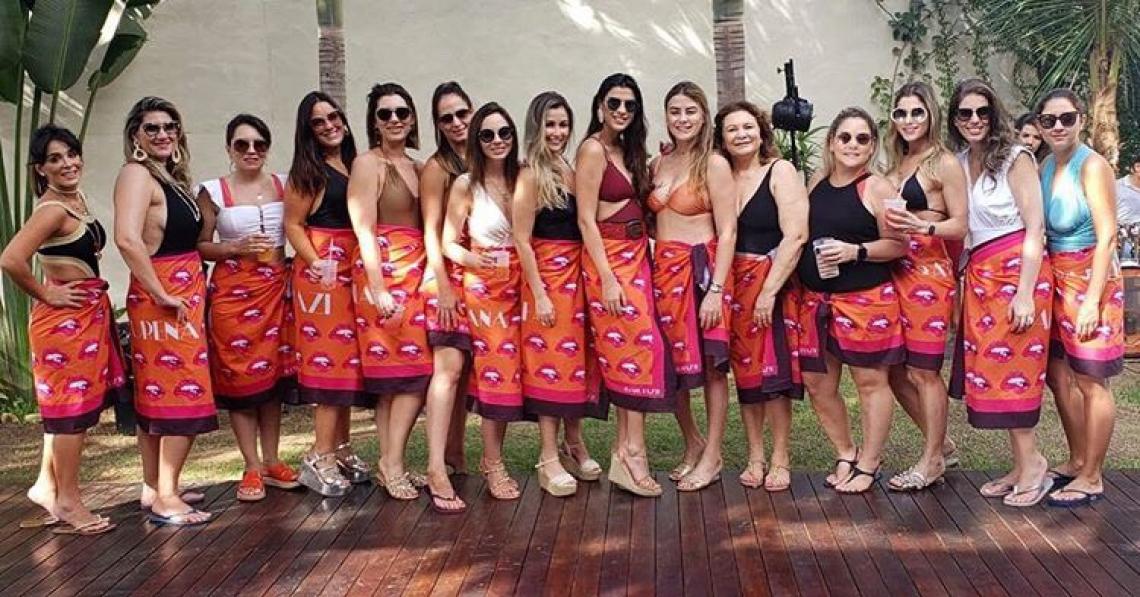 Manoela Pimenta e suas convidadas, todas com canga personalizada da festa