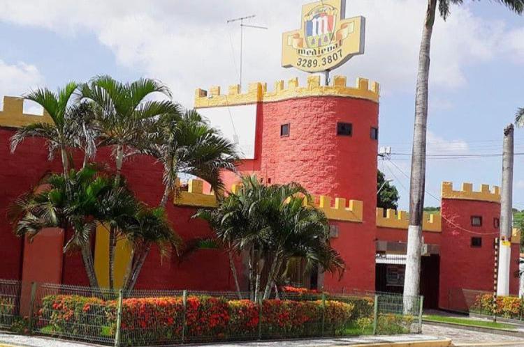 O motel Medieval, no bairro Passaré, em Fortaleza, faz referência a Idade Média e tem uma fachada que foge da discrição e vai além das expectativas.