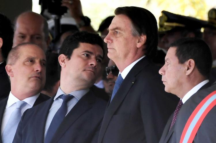 As declarações de Bolsonaro sobre Moro e Mourão foram feitas em frente ao Palácio da Alvorada