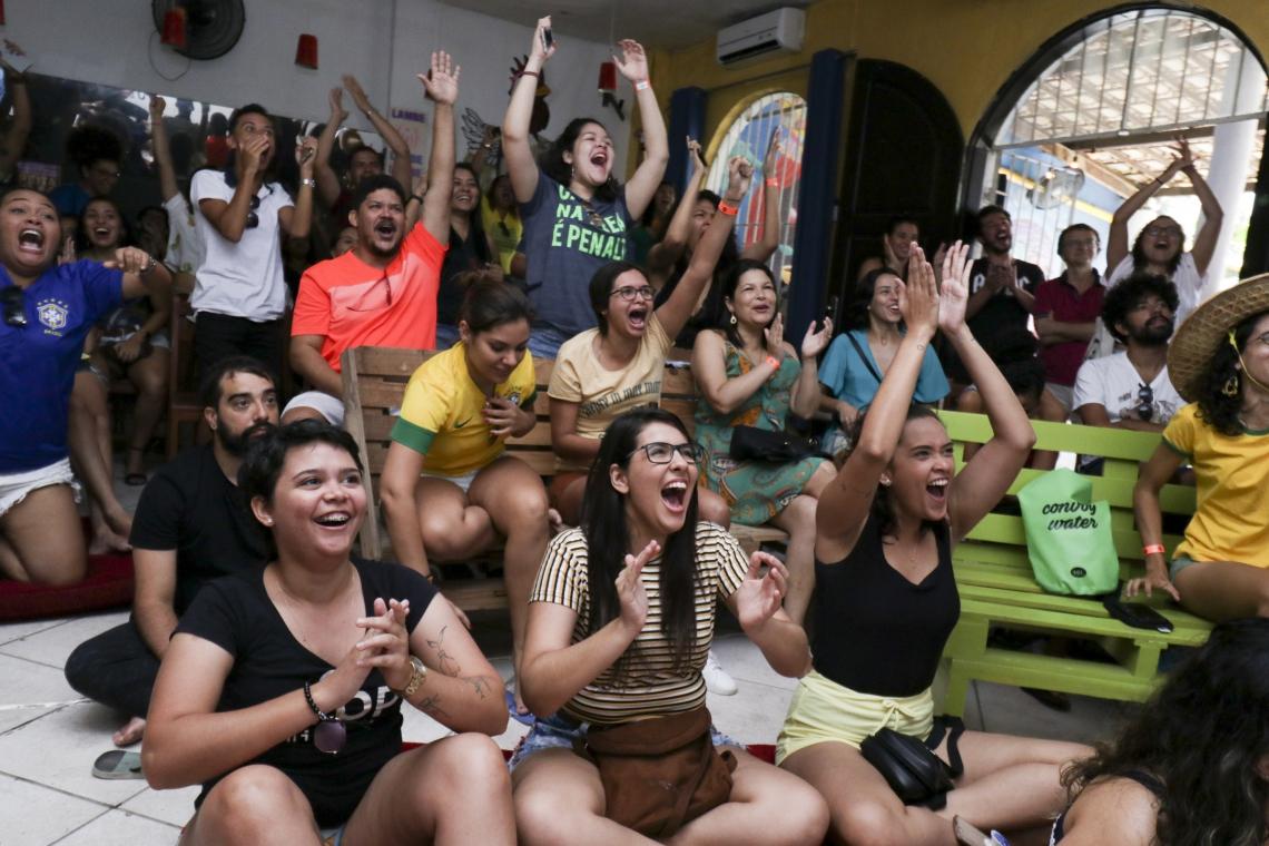 FORTALEZA, CE, BRASIL,  09-06-2019: Grupo de torcedores se reúnem na casa de eventos Mambembe, para torcer pela selação brasileira feminina de futebol que joga contra a seleção jamaicana. (Foto: Alex Gomes/O Povo)