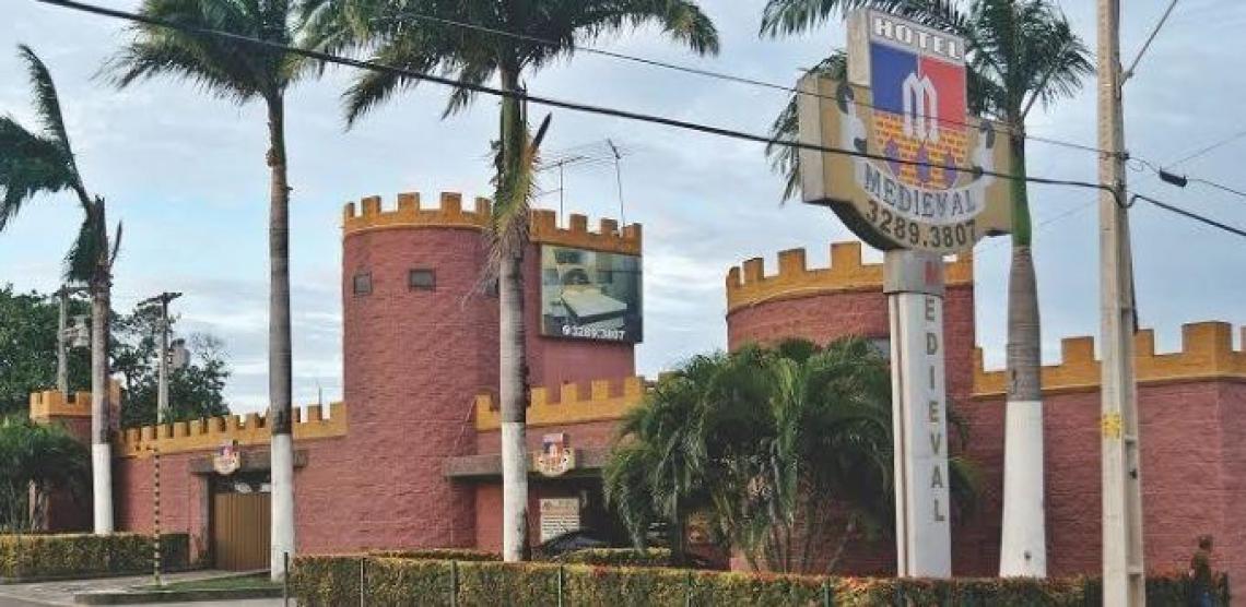 O motel Medieval chama atenção pela fachada