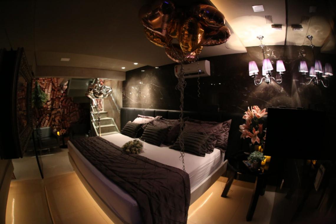 A suite Vinho, do Perfume Motel, localizada em Fortaleza, tem ambientes diferenciados