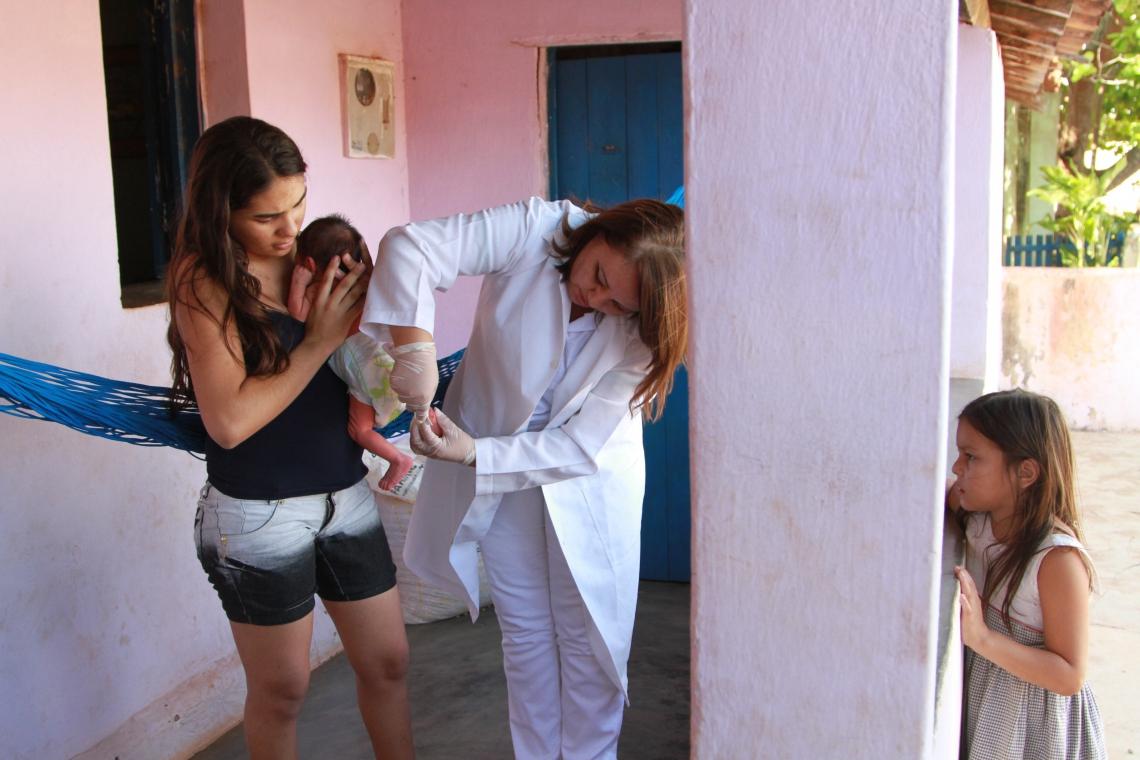 EM RERIUTABA, a médica cubana Esperanza Anabel Dans León em atendimento domiciliar