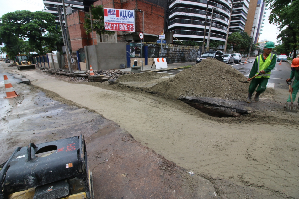 A chuva criou grande buraco na avenida da Abolição com a rua Tibúrcio Cavalcante
