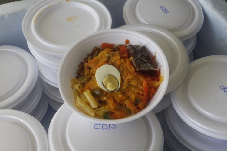 Marmitas distribuídas aos internos do sistema penitenciário cearense têm tampa de isopor, o que facilitava anotar numerações das contas compradas pelos detentos