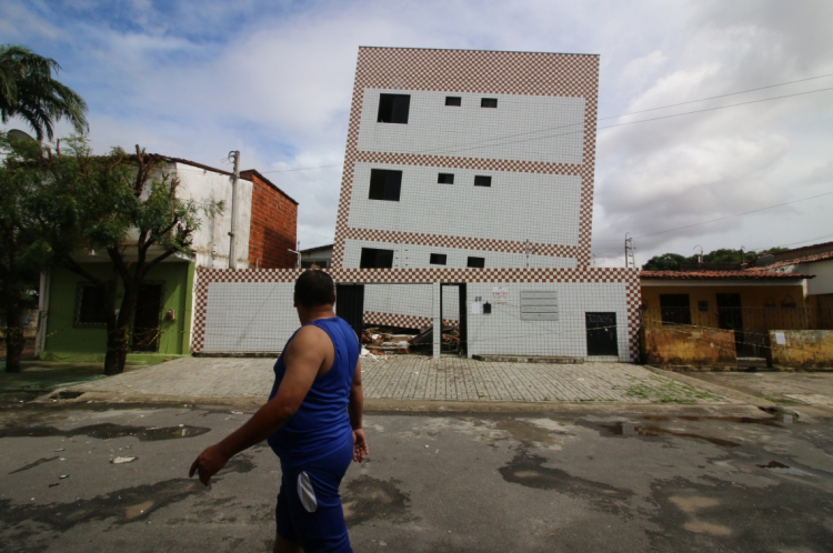 EM 1º DE JUNHO, moradores do prédio e casas vizinhas tiveram que abandonar o local