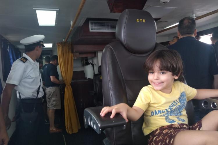 Davi Leão, de 4 anos, esteve com o pai Emerson Leão, de 39, para visitação no navio-escola  Capitán Miranda, da Marinha do Uruguai