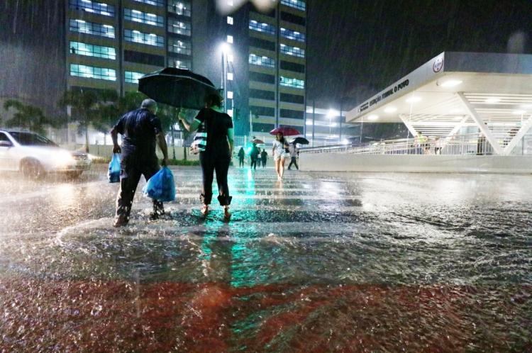 Chove pela terceira noite seguida em Fortaleza