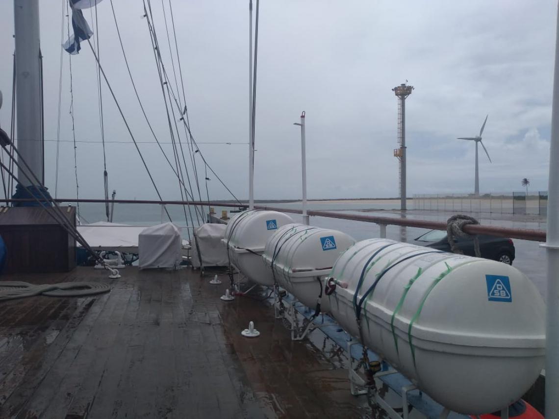 bolsas salva-vidas que liberam botes infláveis quando jogadas ao mar