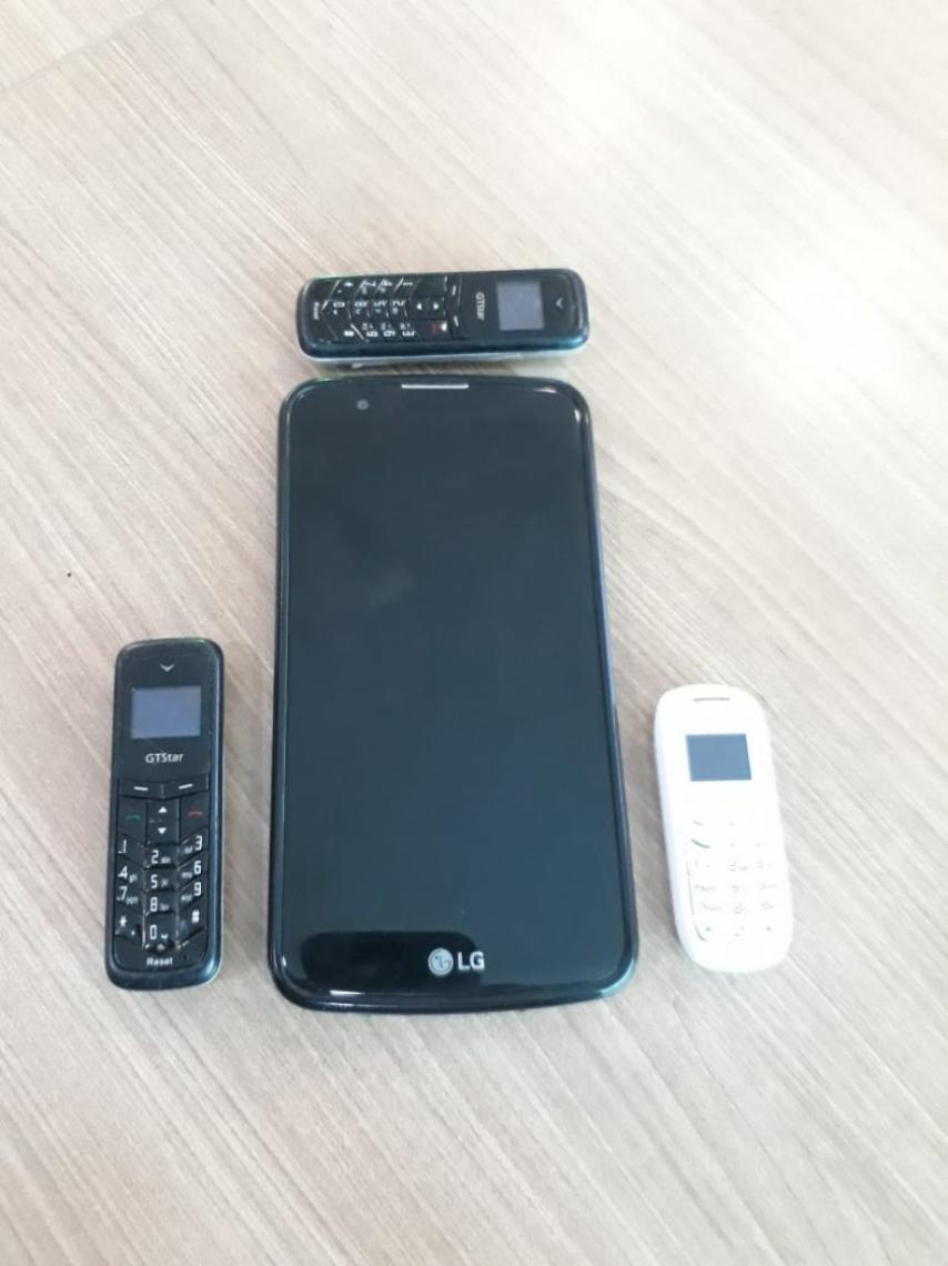 Comparação entre microcelulares e um smartphone: estratégia para entrar no presídio