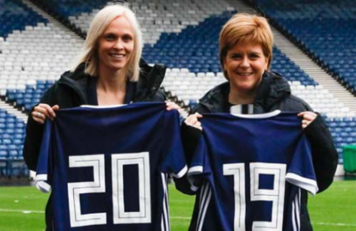 A treinadora Shelley Kerr e a primeira-ministra Nicola Sturgeon.