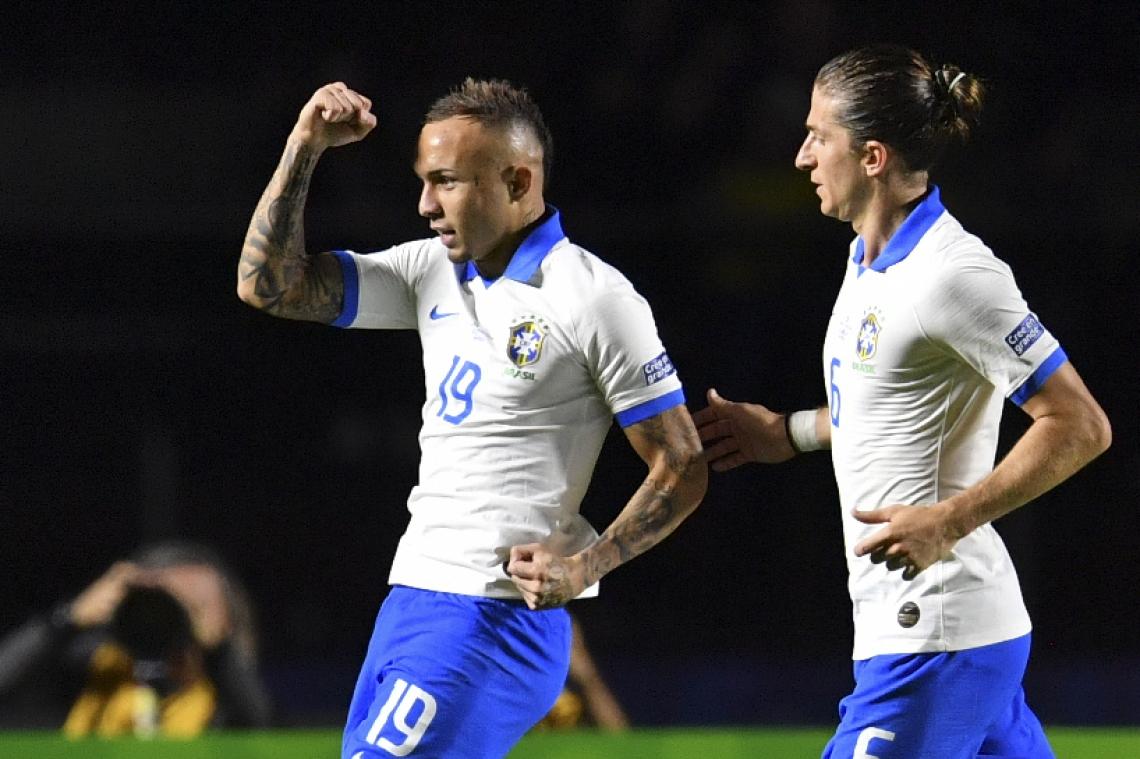 Maracanauense Éverton (à esquerda) comemora o terceiro gol da seleção na partida