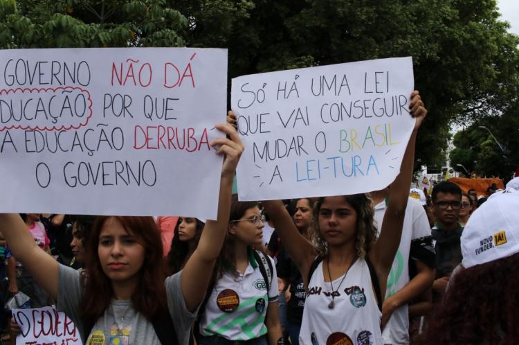 Estudantes fizeram parte da manifestação contra a reforma da previdência e os cortes da educação nesta sexta-feira, 14.