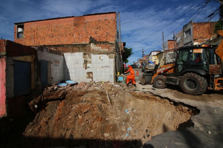 Grande buraco na rua Santa Eliza, no bairro Pirambu, devido às chuvas.