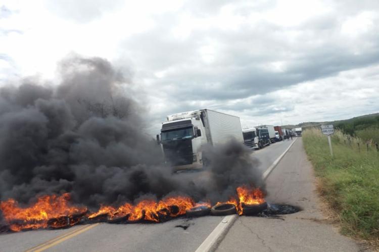 Manifestantes fecham BR-116 por mais de duas horas no município de Barro.