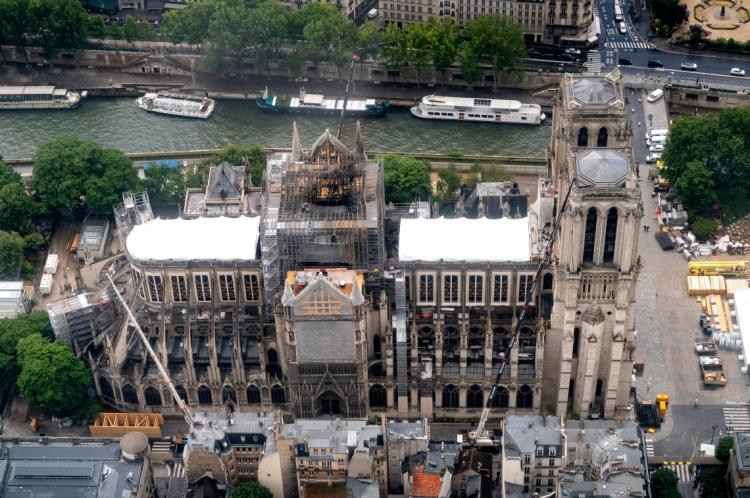 A catedral está em obras, sendo recuperada, desde o incêndio