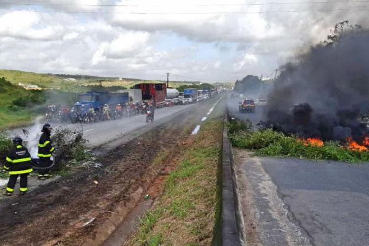 Na BR-232, em Pernambuco manifestantes bloqueiam o trânsito na manhã desta sexta-feira