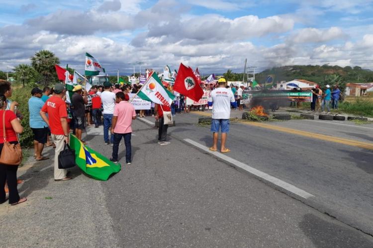 Em Canindé, manifestantes queimam pneus na BR-020
