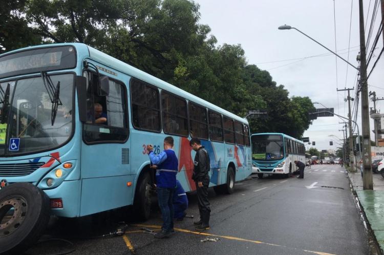 Ônibus esperam reparo estacionados em uma das faixas da Avenida da Universidade
