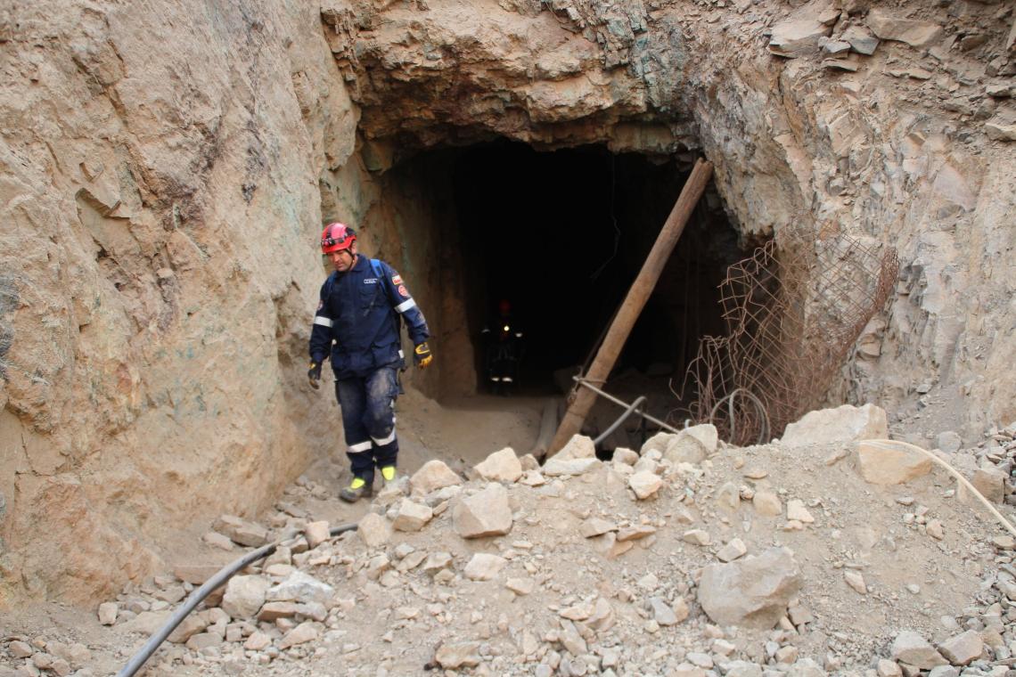 Equipes de resgate chilenas trabalham no resgate de três mineiros bolivianos presos em uma mina