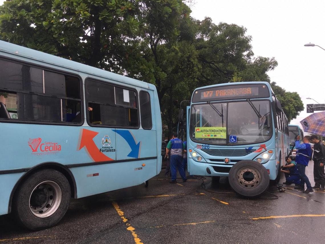Ônibus tiveram pneus furados na Avenida da Universidade
