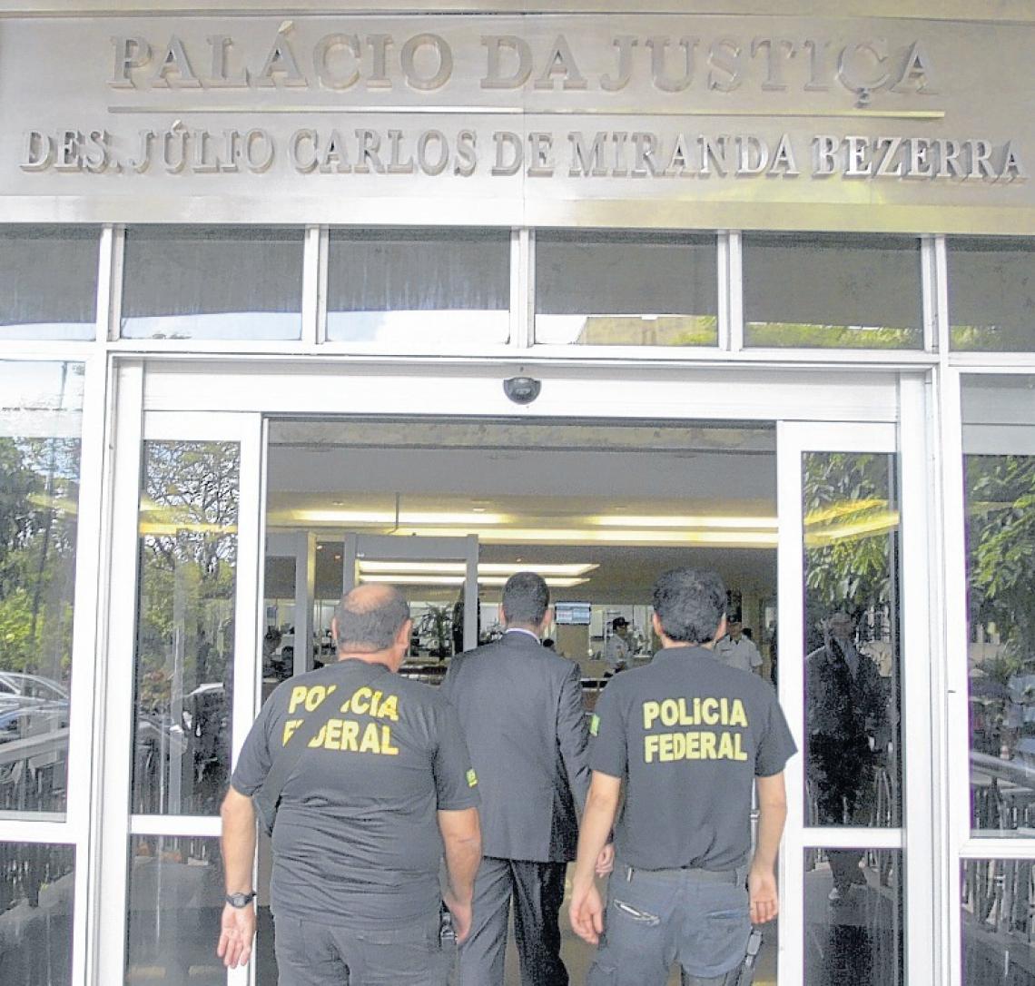 O dia em que os policiais federais fizeram buscas no TJCE