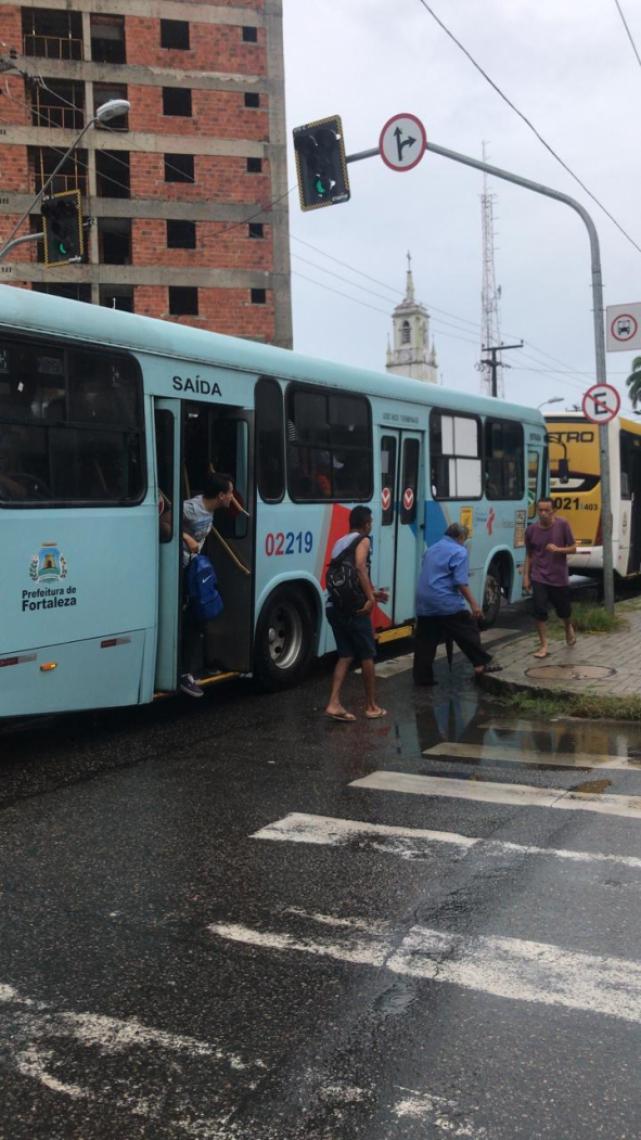 Passageiros descem dos ônibus para seguir o caminho a pé