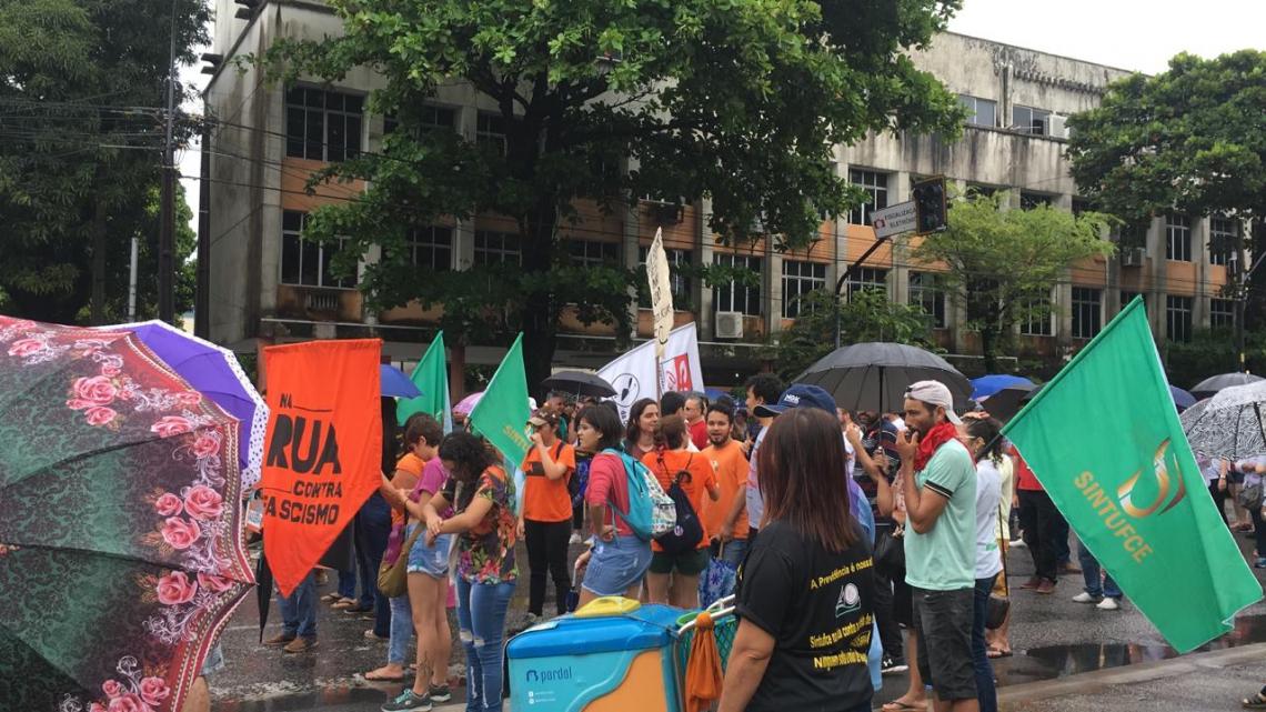 Manifestantes param trânsito no cruzamento das avenidas da Universidade e 13 de Maio