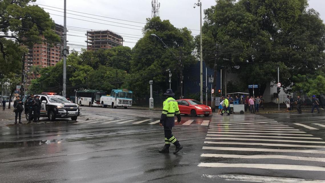 Agentes da AMC chegam ao local para controlar trânsito