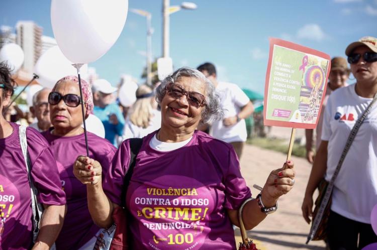 Cerca de 100 idosos de instituições de acolhimento participaram da caminhada