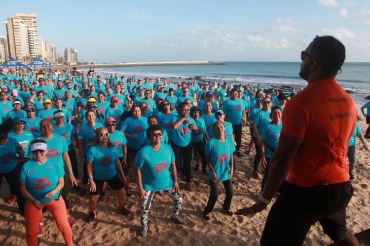 Atividades físicas gratuitas foram oferecidas à beira-mar