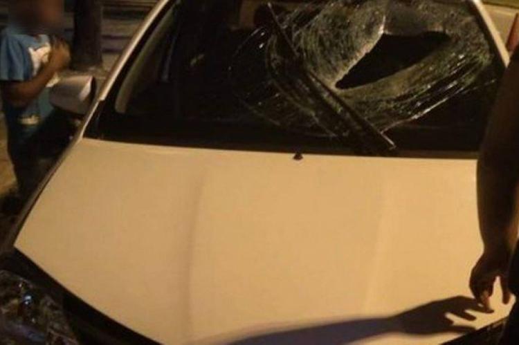O carro foi atingido pelo bloco de concreto exatamente no ponto onde está o banco do motorista