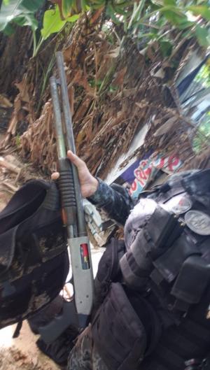 Armamento foi apreendido em terreno na comunidade do Gengibre