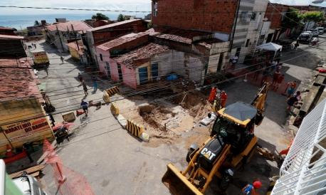 Cratera que engoliu um duplex no Bairro Pirambu voltou a abrir neste domingo mesmo depois do local ter sido aterrado de forma emergencial, por equipes da Prefeitura de Fortaleza.