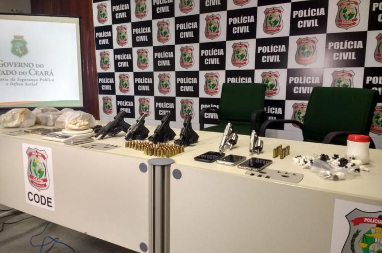 Armamento apreendido e drogas foram apresentados em coletiva de imprensa no Code