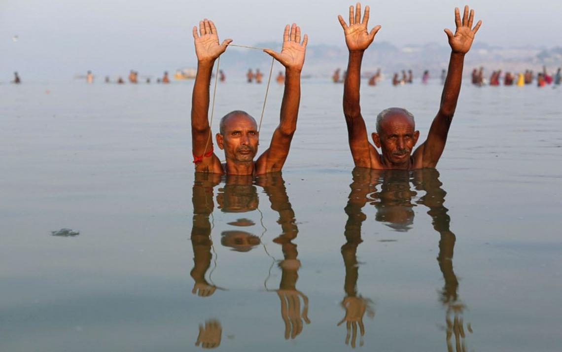 Pessoas fazem orações no rio Ganges enquanto as autoridades procuram Jagukar Mandrake