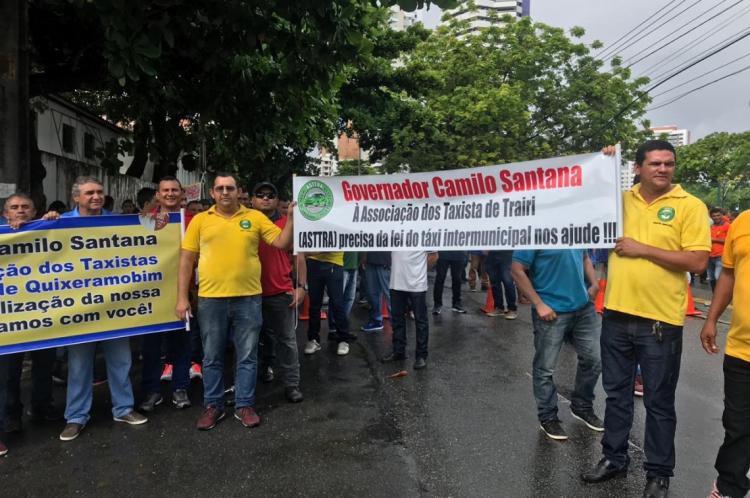 Taxistas intermunicipais protestam no entorno do Palácio da Abolição na manhã desta terça-feira, 18.