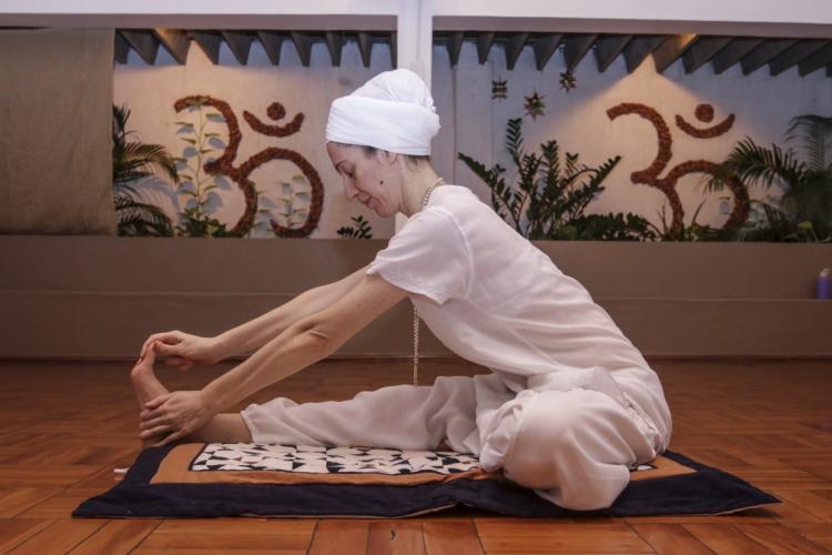 A escola Ram Das Yoga E Terapias conta com uma programação online para o Dia Internacional do Yoga (Foto: ALEX GOMES/ESPECIAL PARA O POVO)