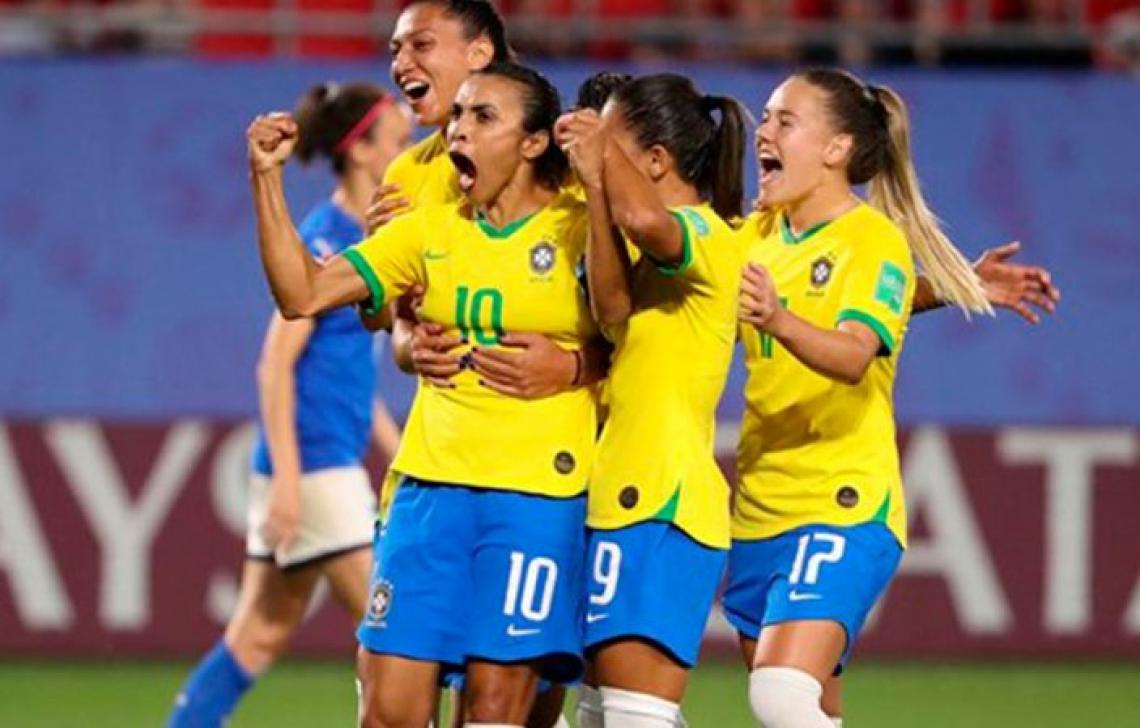 Marta comemora com as demais jogadoras o gol da vitória brasileira