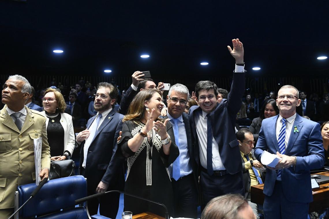GIRÃO entre os senadores que comemoram a derrubada do decreto de Bolsonaro, a quem o cearense apoiou (Foto: Marcos Oliveira/Agência Senado)