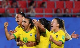Brasileiras comemoram gol que deu vitória ao Brasil e recorde a Marta