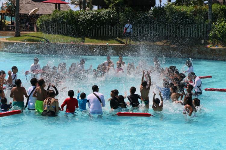 Setenta crianças da Escola Palavras e Passa, do bairro Vicente Pinzon, passam uma manhã de brincadeira, no Beach Park, na cidade do Aquiraz